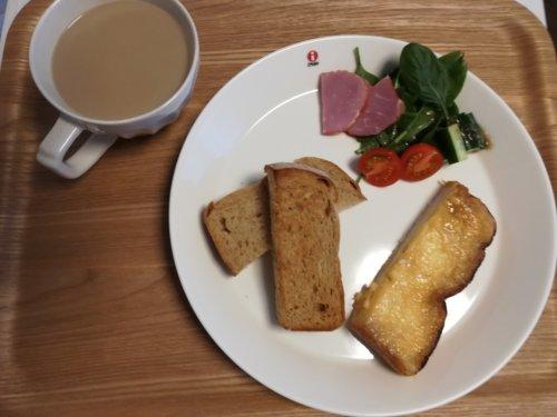 カフェオレ、食パン、サラダ