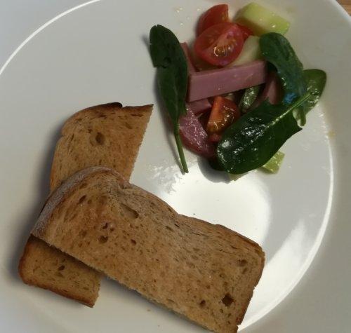 黒糖食パンとサラダ