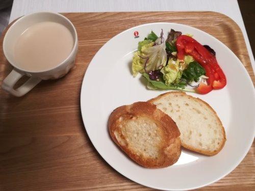 フランスパン、サラダ、