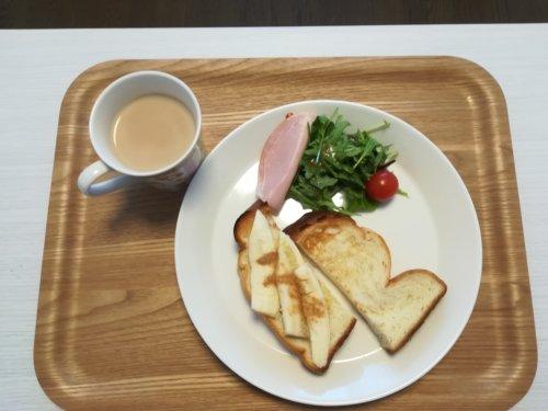 食パン、サラダ、カフェオレ