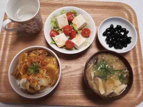 親子丼、味噌汁、サラダ