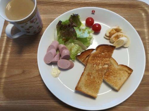 食パン、バナナ、魚肉ソーセージ