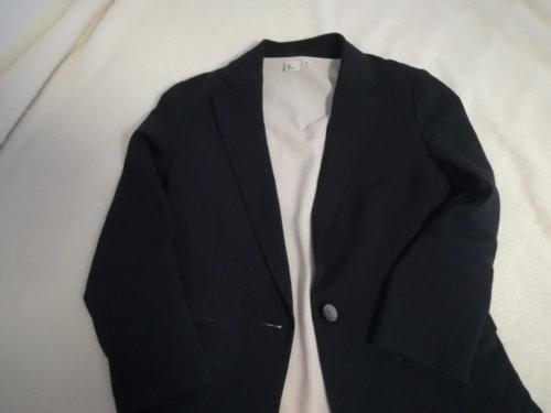 ネイビーのジャケットとピンクベージュのブラウス