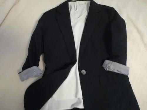 ネイビーのジャケットと白トップス