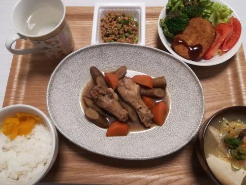 鶏肉の煮物、サラダ