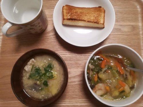 八宝菜、味噌汁、食パン
