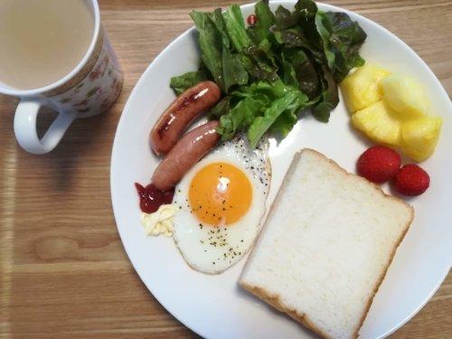 食パン、目玉焼き、ソーセージ