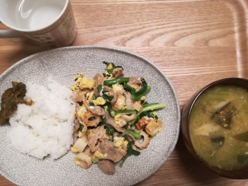 ニラ玉炒め、味噌汁