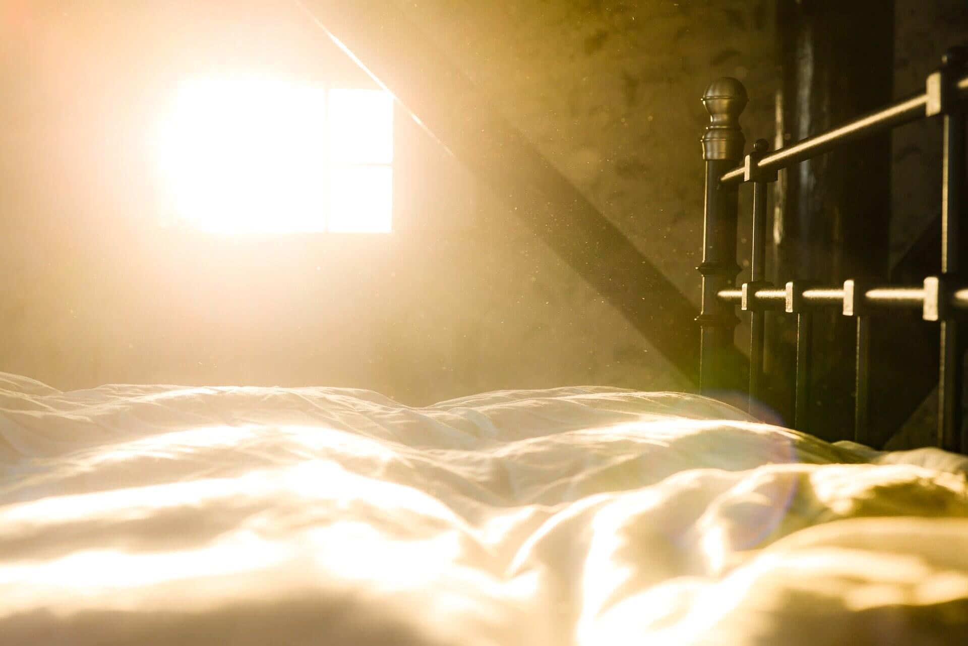 朝日とベッド