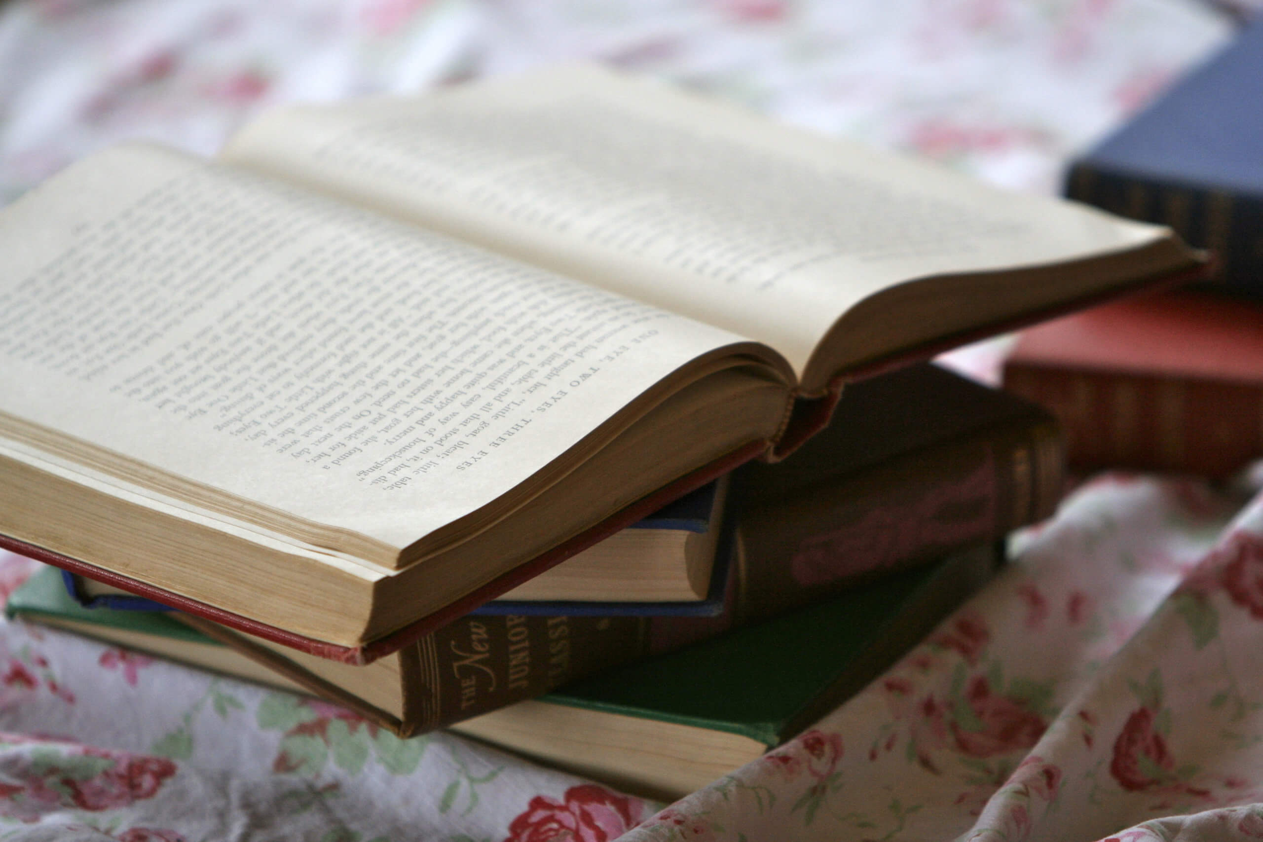 本が積んである