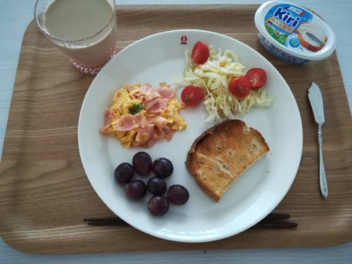 食パン、ベーコンスクランブルエッグ、レッドシードレス