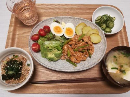 豚肉とアスパラのオーロラソース風、納豆ごはん、きゅうりの酢の物