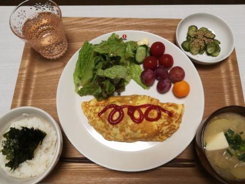 オムレツ、サラダ、レッドグローブ