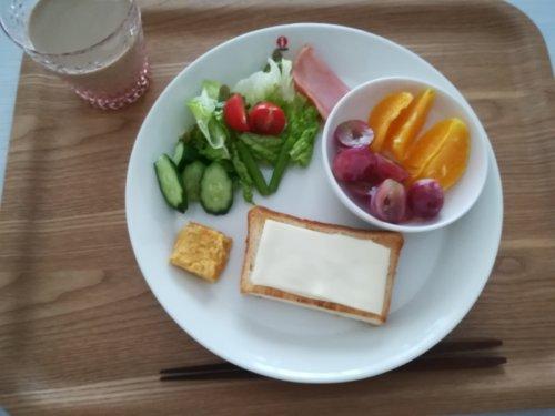チーズトースト、サラダ、レッドグローブ、オレンジ