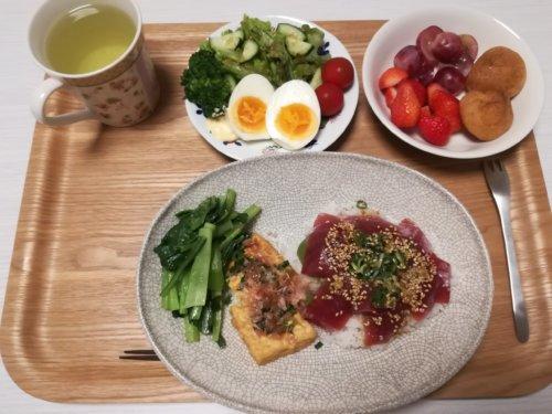 マグロ丼、厚揚げ、サラダ、いちご、レッドグローブ、プチシュー