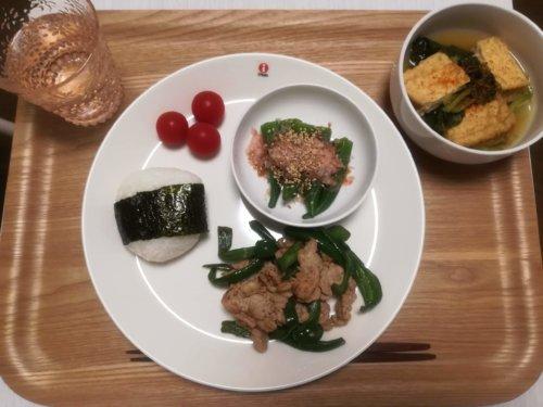 厚揚げと小松菜の煮物、豚肉とピーマンの炒め物、おにぎり