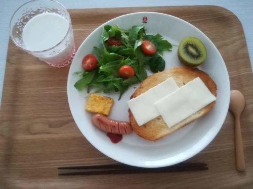 パンにチーズ、キウイ、サラダ、アイスミルク