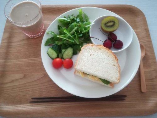 たまごサンド、水菜のサラダ、キウイ、アメリカンチェリー、カフェオレ