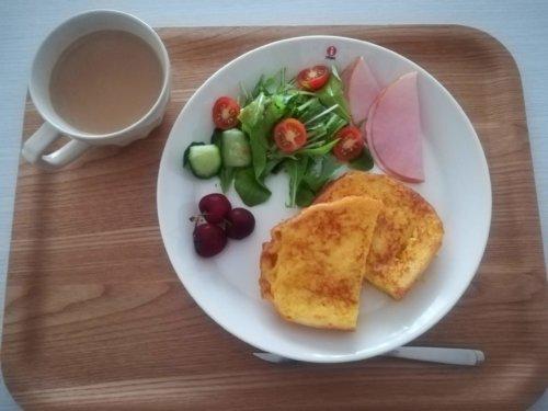 フレンチトースト、サラダ、ホットカフェオレ