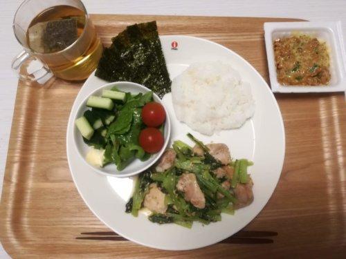 とり肉と小松菜のごまみそ炒め、納豆、サラダ