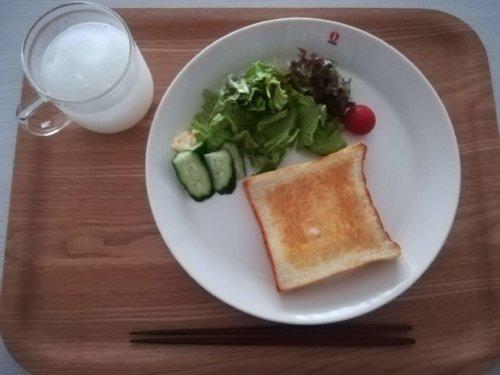 食パンにサラダ