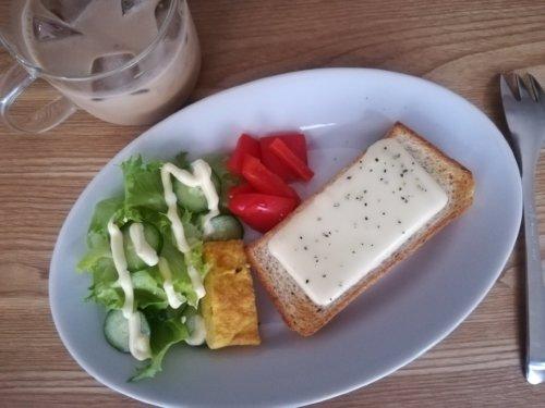 チーズと黒コショウのトースト