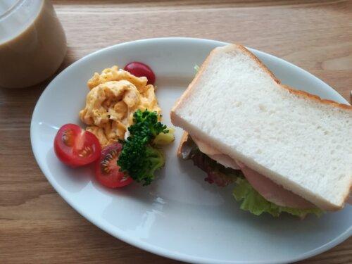 サニーレタスとハムのサンドイッチ