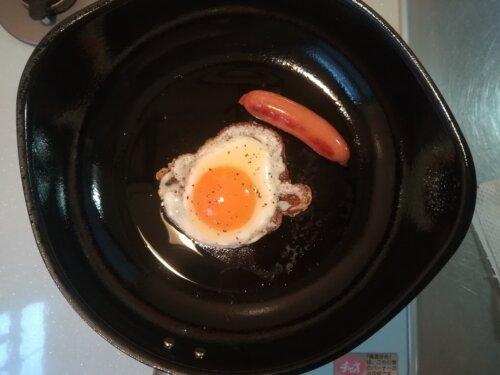 鉄のフライパンで焼いた目玉焼き