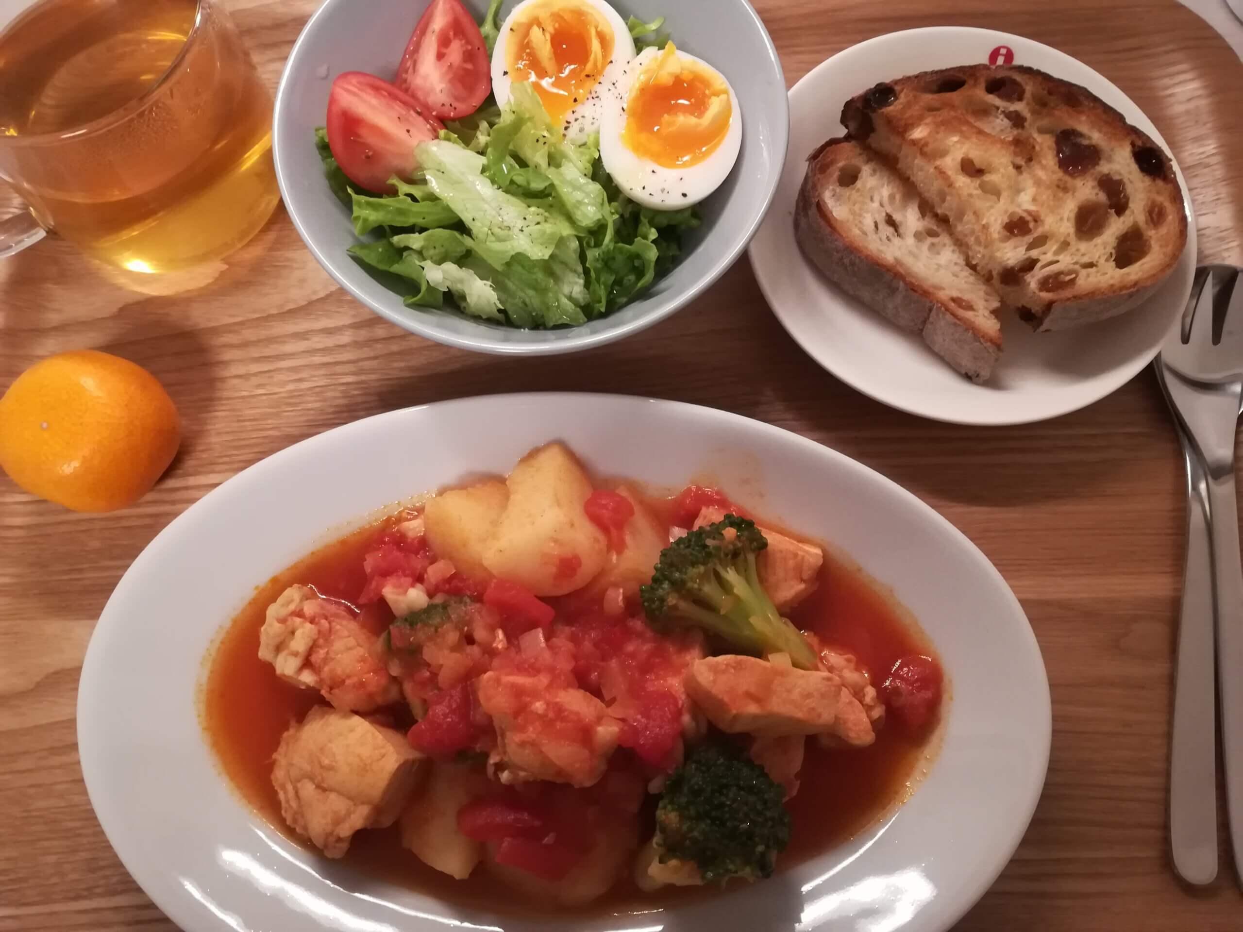 スクランブルエッグのホットドック/トマト煮込みとレーズンパン